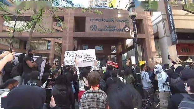加拿大多伦多爆发反对种族主义游行示威