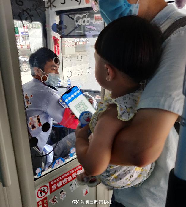 西安公交司机买500个哆啦A梦装扮车厢 家长专程带娃来坐车